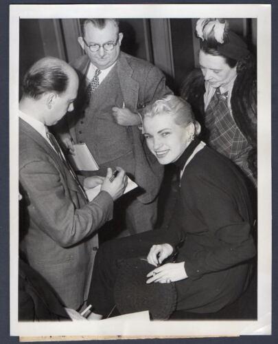 VICKI EVANS dancer arrested w. Robert Mitchum marijuana felony ORIG PRESS PHOTO