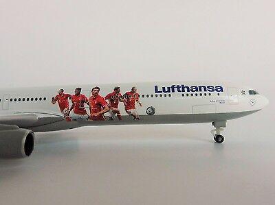 FC BAYERN MÜNCHEN Lufthansa Airbus A340-600 1/500 Herpa 529747 Audi Summer Tour