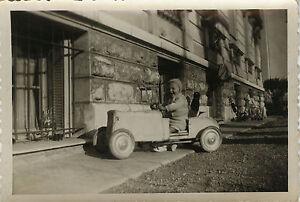 photo ancienne vintage snapshot enfant voiture p dales jouet cadrage car ebay. Black Bedroom Furniture Sets. Home Design Ideas