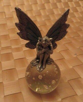 Ange ailé en étain sur globe de verre perlé – ailes décorées de petits strass de