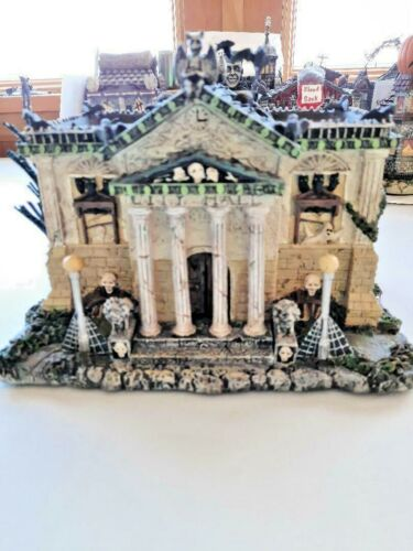 2005 Hawthorn Village MUNSTERS City Hall W/COA WONDERFUL ! Look At Pictures !