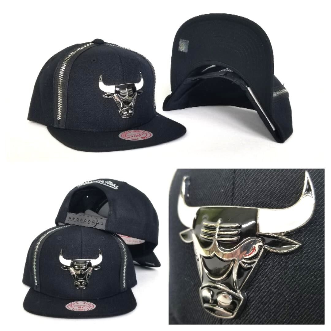 Mitchell /& Ness Black Burgundy Metal Badge Logo Chicago Bulls snapback Hat Cap