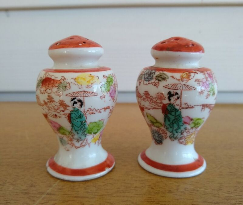 Vintage Beautiful Satsuma Moriage Salt and pepper shakers. Cork stoppers