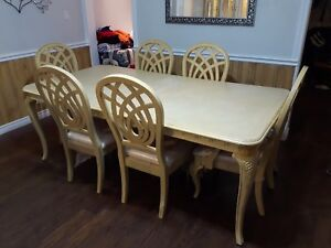 Kitchen table / chars and hutch