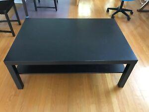 Une table basse Ikea noir
