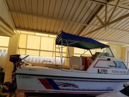 Boat- Fiberglass Cabin Cruiser in mint condition
