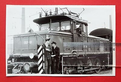 DDR Eisenbahn Foto DB E-Lok E63 01 mit Bahnarbeiter    ( 24106