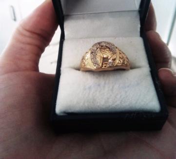 9k mens gold Horse shoe ring near new!