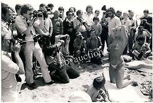 CANNES FILM FESTIVAL AMATEUR MODEL NUDE BEACH POSING * Vintage 70s Press Photo