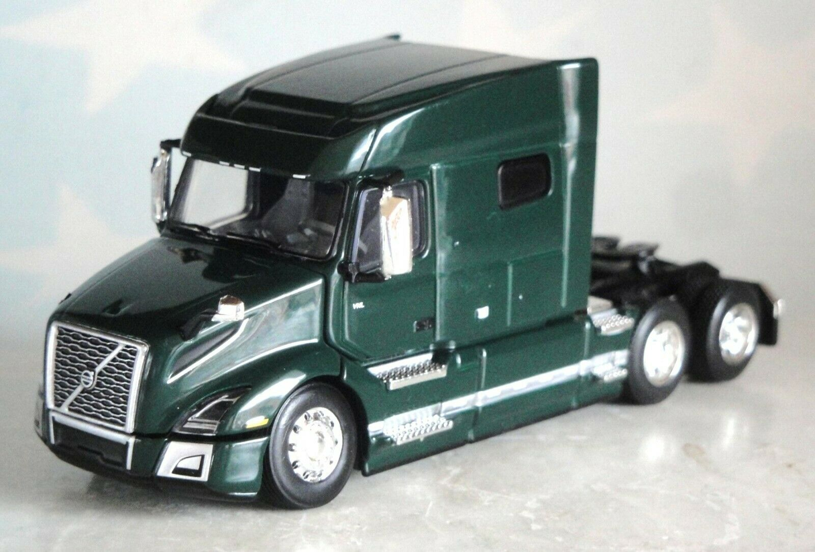 DCP GREEN VOLVO VNL 760 MID ROOF 1/64 60-0641 C