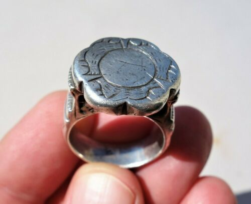 Middle Ages Solid Silver carved Ring,on the bezel engraved birds around