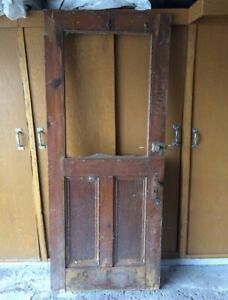 Porte antique à fenêtre.