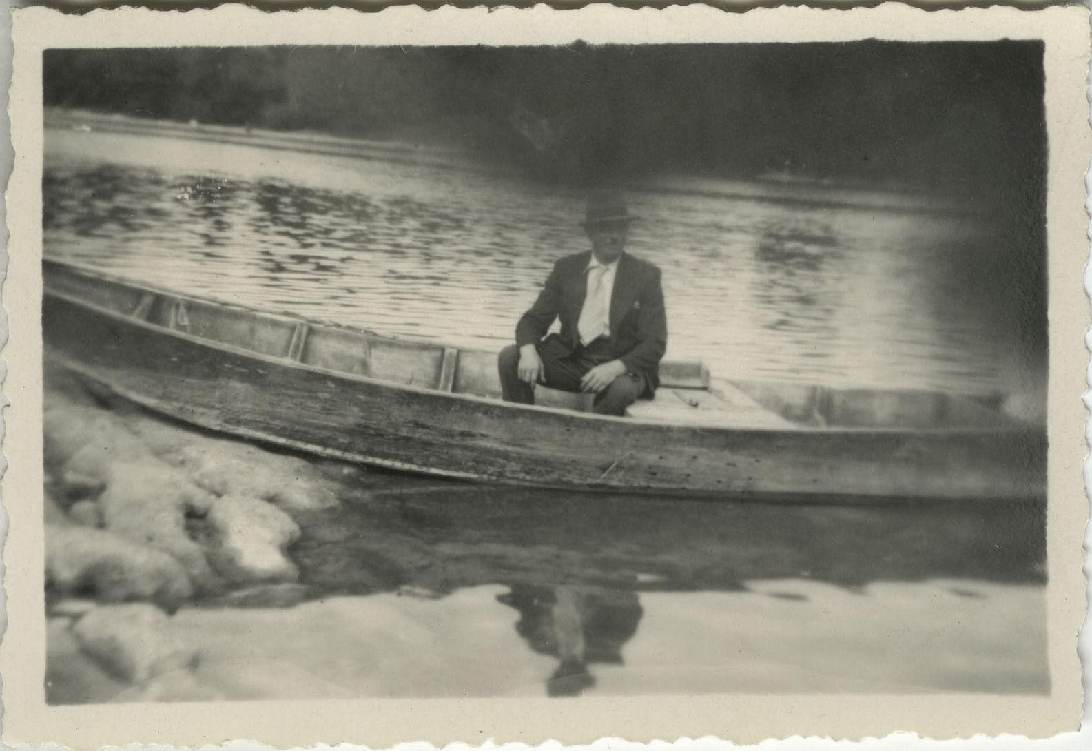 Photo ancienne - vintage snapshot - bateau barque canoË erreur obstruction -boat