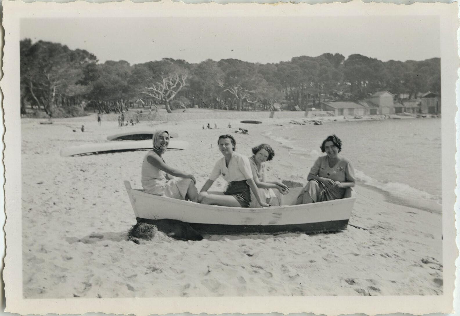 Photo ancienne - vintage snapshot - plage bateau barque groupe gag mode - boat