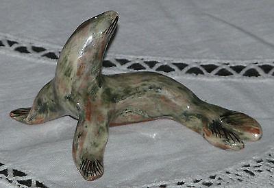 Seehund / Robbe aus Keramik / Porzellan 9 cm lang (Int. Nr. H283)