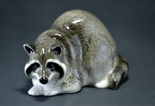 Statuette made of porcelain The raccoon