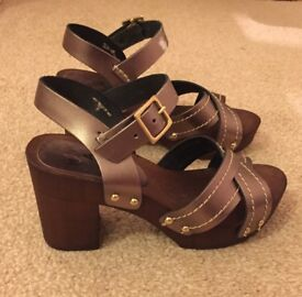 Size 4/37 Moda in Pelle metallic and wood Ladies Sandals