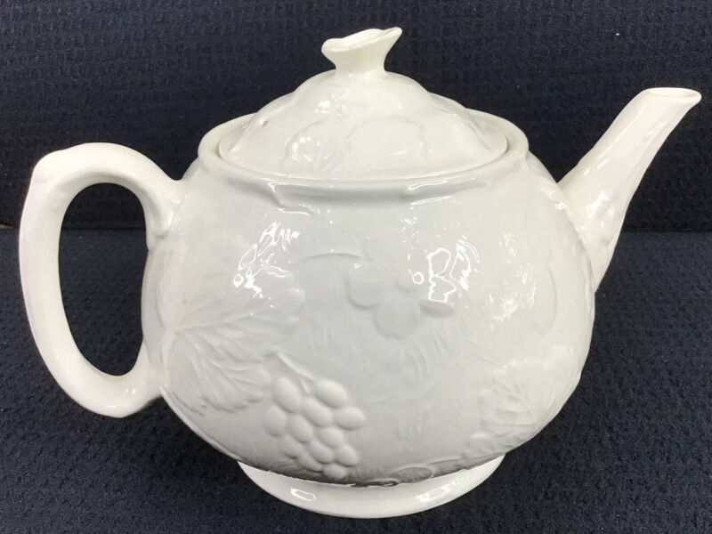 Davenport Teapot Strawberry And Grape Leaf White 4 Cup Burleigh Made In England