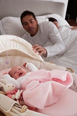 Wenn das Baby in der Nähe ist, kannst du schneller reagieren, bevor es richtig aufwacht.