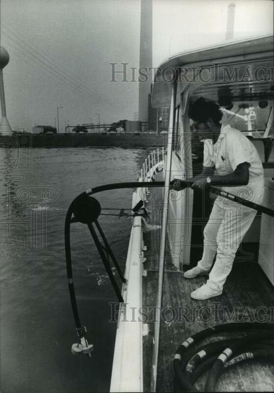 1972 Press Photo Scientist lowers equipment to get Houston Ship Channel sample