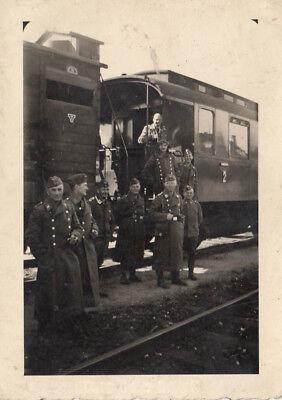 FOTO CA.6x6CM SOLDATEN VOR WAGON BEI ZWISCHENSTOP  (AGF1753)