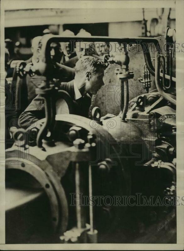 1929 Press Photo Prince of Wales inspect machines in Tire Factory in London