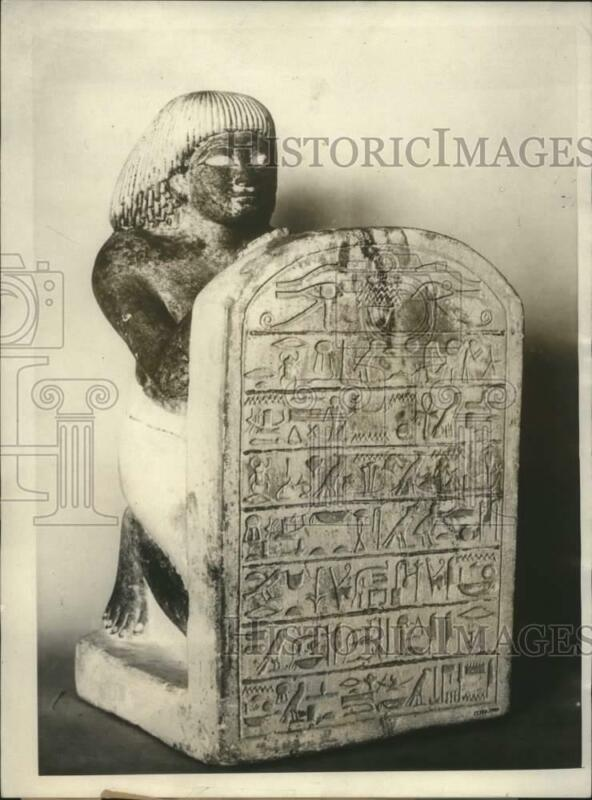 1923 Press Photo Ancient Egyptian Relic Of Kneeling Figure Holding Tablet