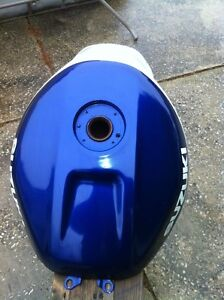 SUZUKI GSXR750 2000-2003 GAS TANK IN VERY GOOD CONDITION Windsor Region Ontario image 3