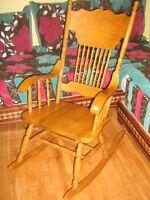 Une très jolie chaise berçante en vrai bois neuf à vendre
