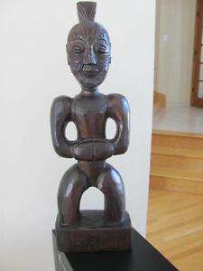 Maori tatooed warrier statue de guerrier maori