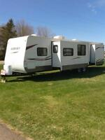2011 Hornet Hideout 38ft. with 2 bedrooms