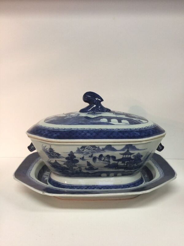 ANTIQUE CHINESE CANTON SOUP TUREEN WITH PLATTER, 19TH CENTURY OR EARLIER.