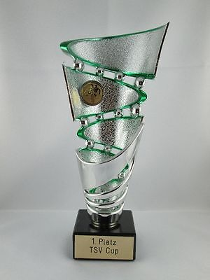Extravaganter Sportpokal (grün) mit Wunschgravur und Wunschemblem.