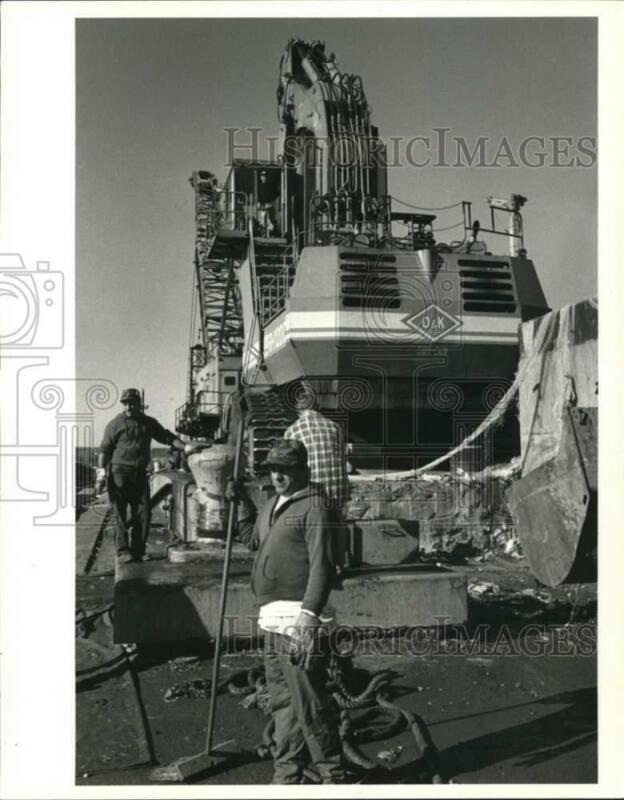 1990 Press Photo Giant crane used to lift garbage from barges - sia14425