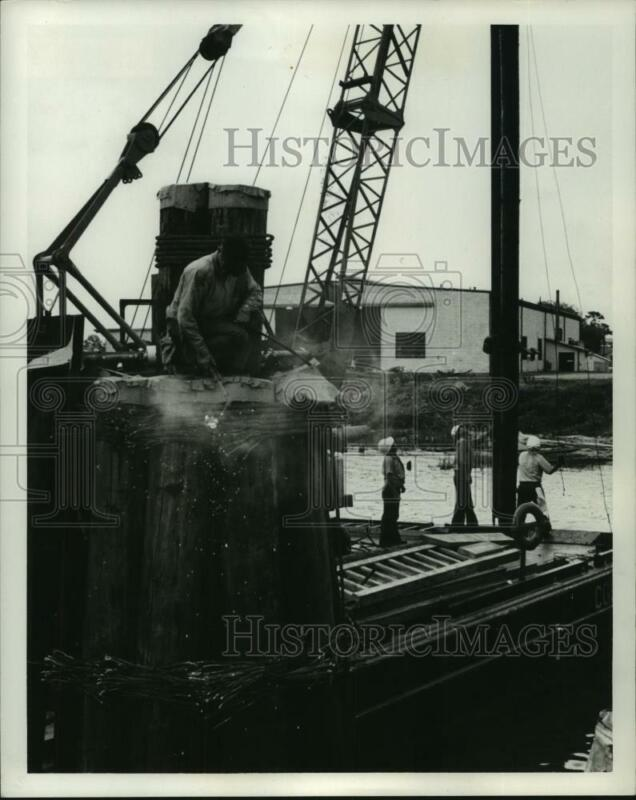 1971 Press Photo Workers use barge and crane on Coast Guard boat Axe - amra05835