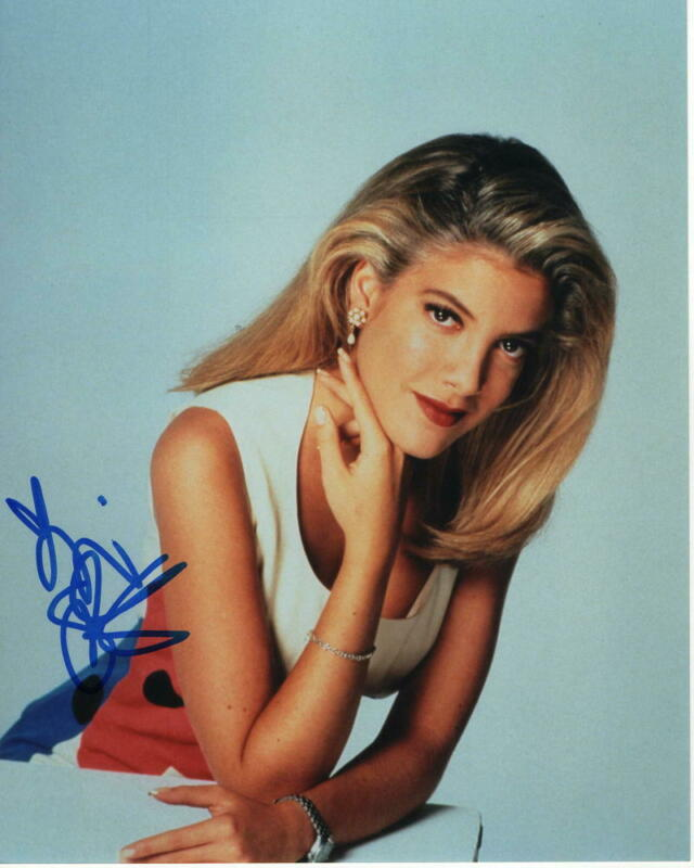 TORI SPELLING SIGNED AUTOGRAPHED 8X10 PHOTO - BEVERLY HILLS 90210 BEAUTY, SEXY