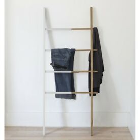 Extendable minimalist clothes/towel rack