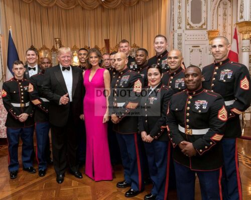 DONALD TRUMP AND MELANIA WITH MEMBERS OF THE MILITARY - 8X10 PHOTO (AB-350)