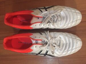 ASIC white footy boots 10.5/44.5 Carindale Brisbane South East Preview