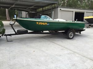 Lewis ski boat. Early model clinker 302 Windsor Medowie Port Stephens Area Preview