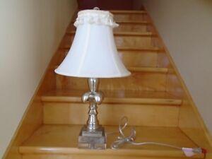 Belle lampe de table motif fleur de lys 24 po. De haut