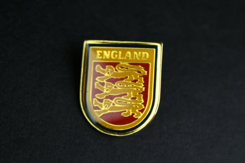 England Lion Shield Enamel Metal Lapel Pin Gold Trim Travel Souvenir Collectible