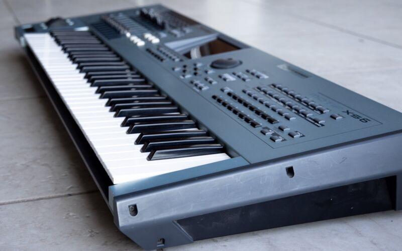 Yamaha MOTIF XS6 Keyboard Synthesizer w/cable