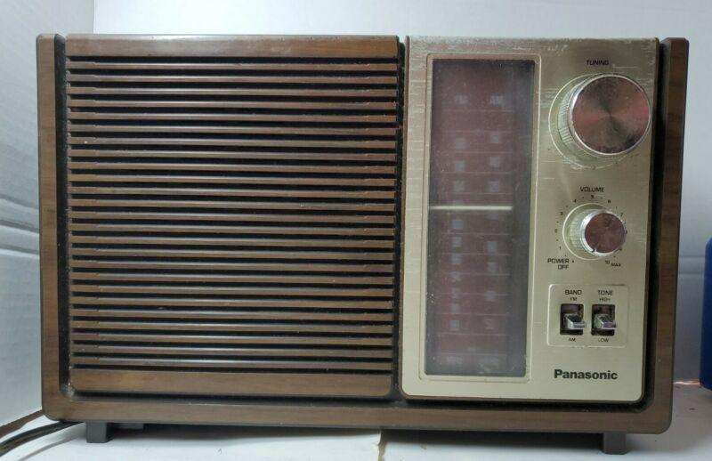 VINTAGE PANASONIC MODEL RE-6280 AM/FM TABLE TOP PORTABLE RADIO WORKING (BIN#51)