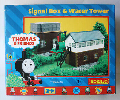 RARE 2001 THOMAS & FRIENDS SIGNAL BOX & WATER TOWER TRAIN SET R9036 HORNBY NEW !