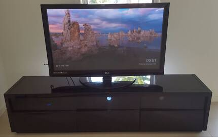 """LG 50"""" Full HD 600Hz TV and TV entertainment unit package"""