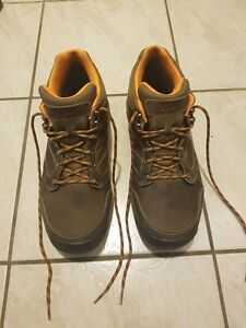Men's New Balance High Top Running Shoes - MINT CONDITION