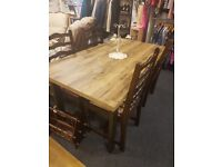 In lovely condition a extendable dining room table and 4 chairs