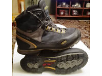 Solomon Gore-Tex Hiking Boots Mens size 7.5 like new