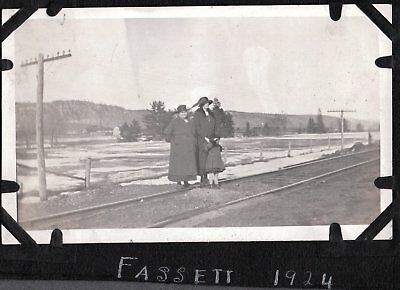 VINTAGE PHOTOGRAPH 1920S WOMEN GIRL FASHION RAILROAD TRACKS FASSETT CANADA PHOTO for sale  Siletz